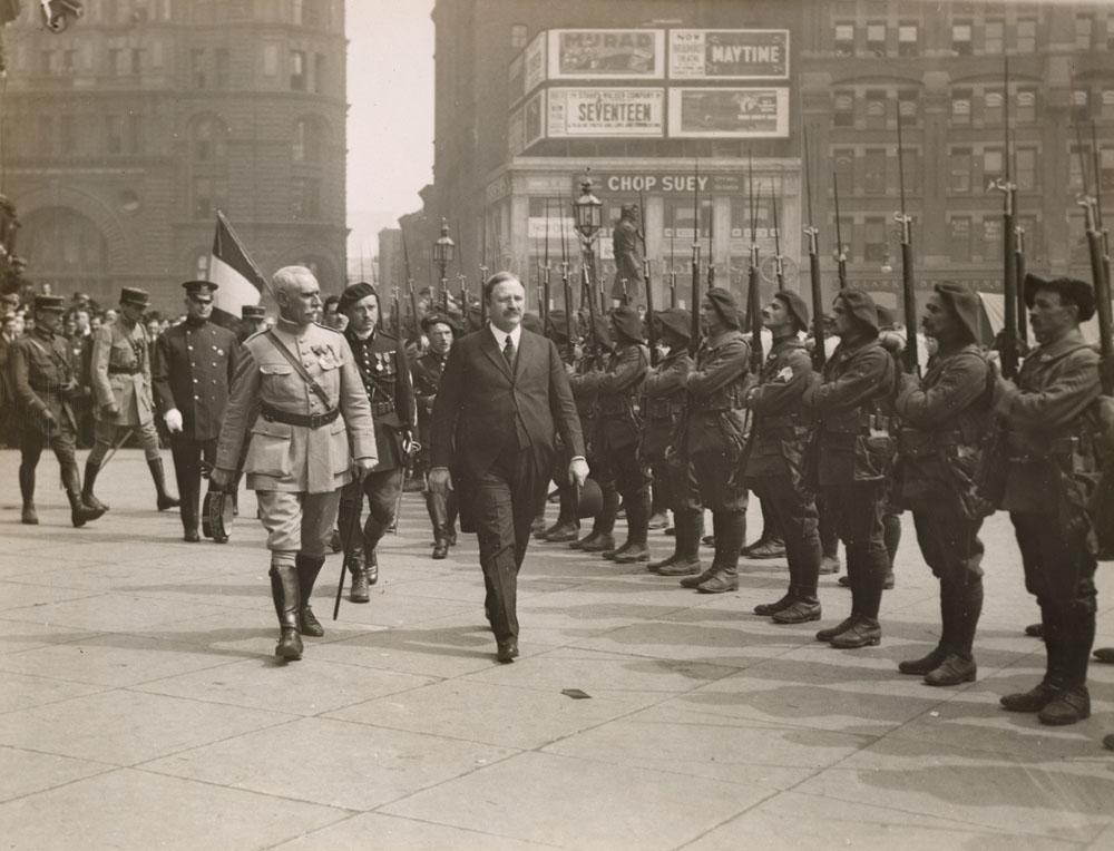 Revue des troupes par le maire de New York, Hylan, et le général Henri Claudon